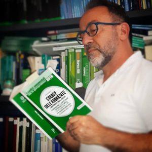 Il Prof. Stefano Maglia che legge un testo sul Codice Ambientale