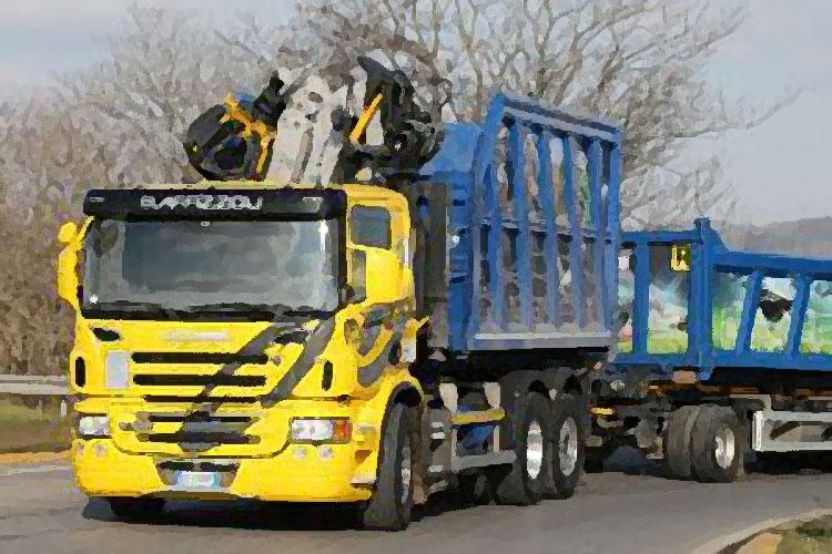 Un camion adibito al trasporto di rifiuti
