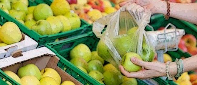 Frutta fresca nei sacchetti sottili trasparenti