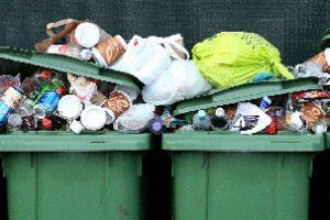 Alcuni cassonetti pieni di rifiuti