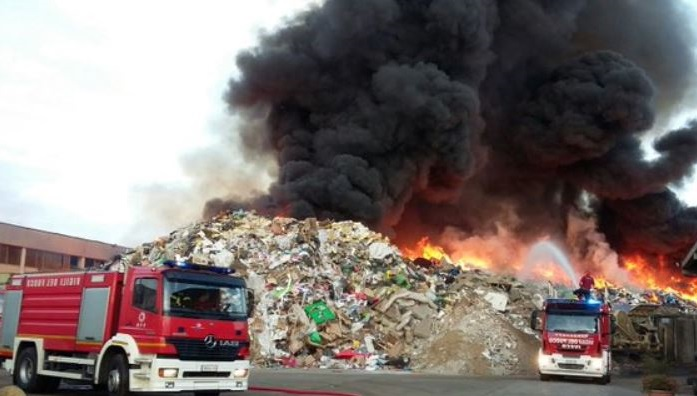 incendio-depositi-rifiuti