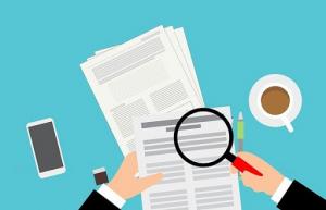 Consulente analizza nel dettaglio alcuni documenti